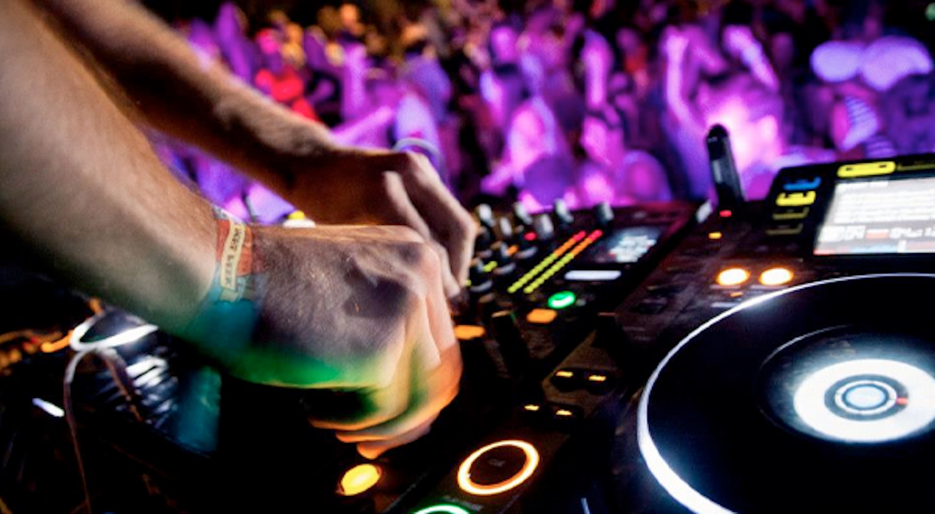 3 Tips For Hiring A Wedding DJ